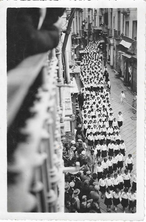 1935...giovane italiane di ritorno da una manifestazione in piazza prefettura