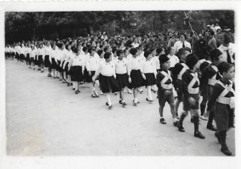 anno 1934- giovani italiane e balilla in parata!!