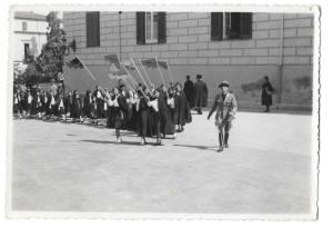 anno 1938.. giovani italiane prendono posizione ( piazza prefettura) in attesa della parata!