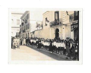 anno 1939- giovani italiane in attesa di una manifestazione