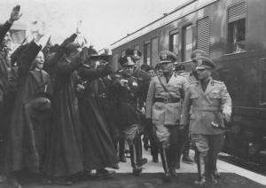 Mussolini (Vittorio veneto '38) - Anche loro alzavano le mani